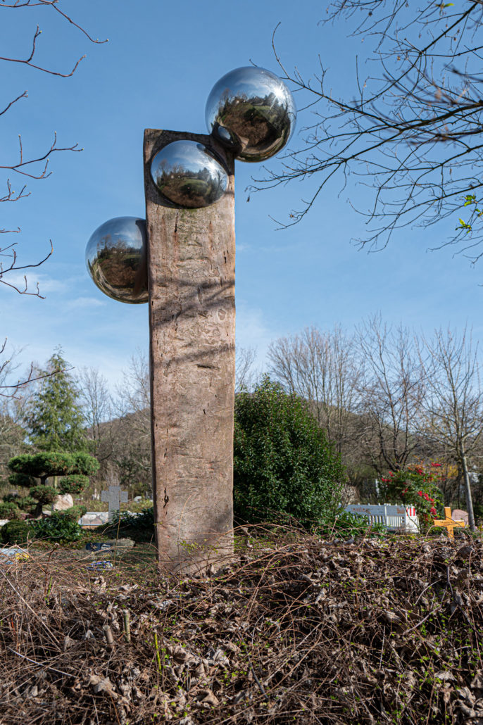 "Skulptur ""Vanitas mundi"", 2005 Neuer Friedhof, Gassenweg, Dossenheim Fred Vosseler, Bildhauer, Illustrator, Kunstpädagoge, Dossenheim"
